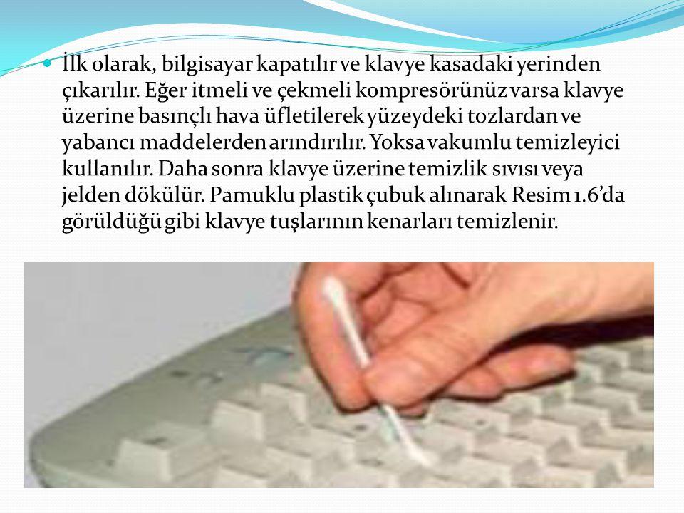  İlk olarak, bilgisayar kapatılır ve klavye kasadaki yerinden çıkarılır.