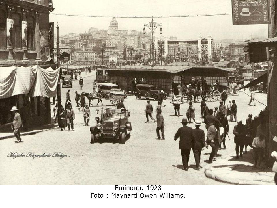Karaköy.. Yıl 1928.. arkada solda Süleymaniye ve sağda Fatih camisi