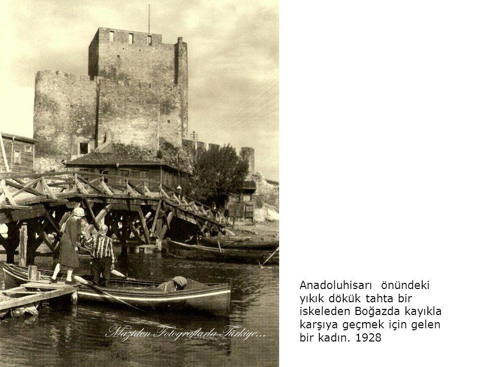Yıl 1928.. Limanda çalışan işçiler. İleride Galata Kulesi görülüyor...