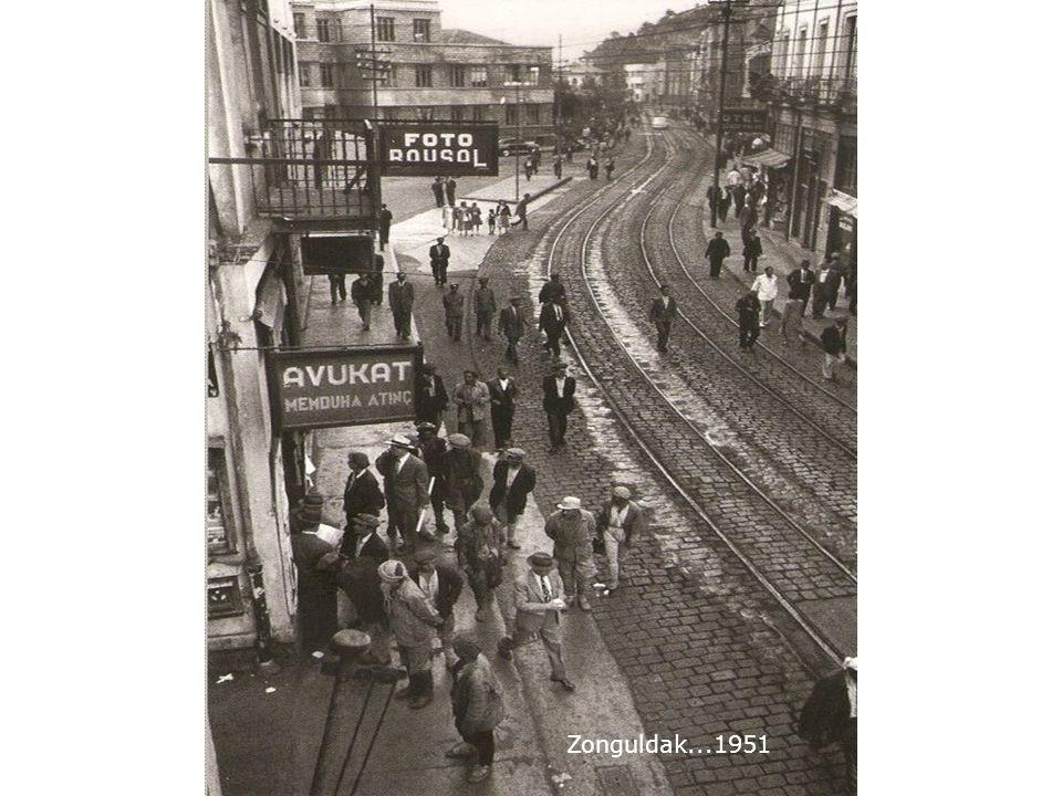 Çekim tarihi bilinmeyen bu fotoğrafta yürüyenler Atatürk ün davetlileri.. Kemal Paşa nın yılda bir kez ülkenin önemli isimlerini kabul ettiği bir günde, ülkenin önde gelen din adamı bile Avrupa tarzı Frak giyiyor. notu var.