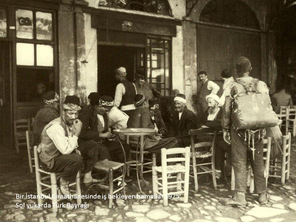 İstanbul.. Galata Köprü üstü.. 1925.. Başında şapkası, elinde çiçek sepetleri ile bir işportacı..