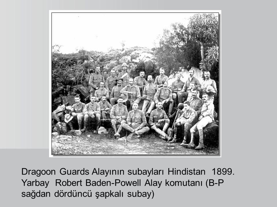 Dragoon Guards Alayının subayları Hindistan 1899. Yarbay Robert Baden-Powell Alay komutanı (B-P sağdan dördüncü şapkalı subay)