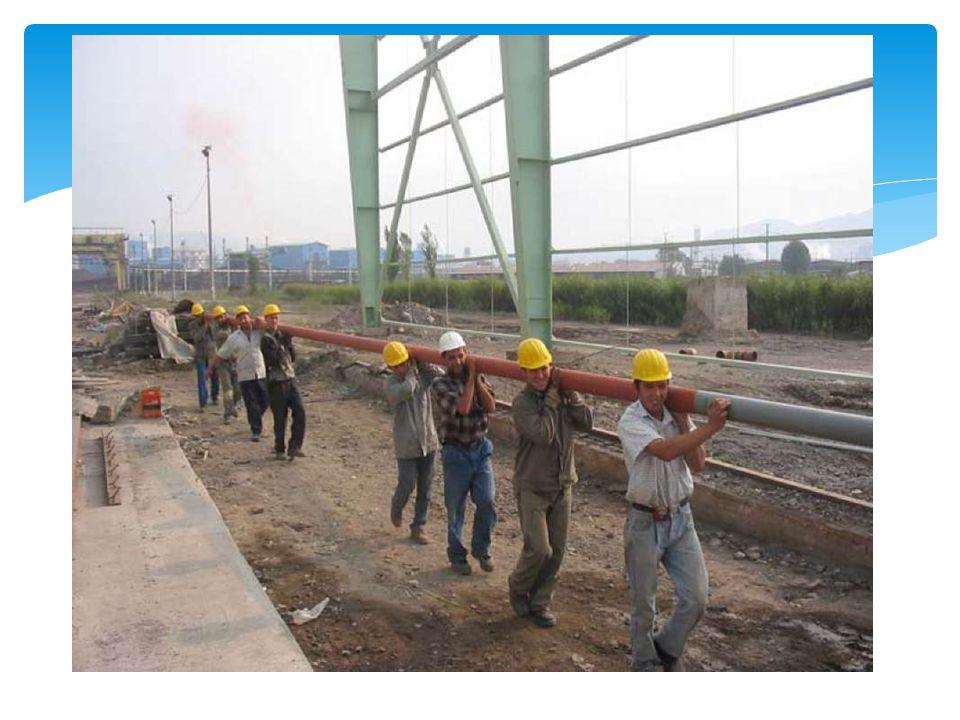  Silindirin konumunun değiştirilmesi  Bir işçi elleriyle ağır bir makina parçasını-silindiri destek sehpalarının üzerinden kaldırmaya çalışıyor.