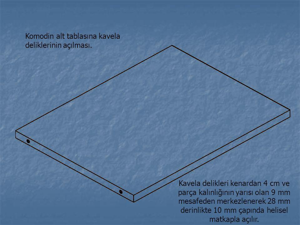 Komodin alt tablasına kavela deliklerinin açılması. Kavela delikleri kenardan 4 cm ve parça kalınlığının yarısı olan 9 mm mesafeden merkezlenerek 28 m