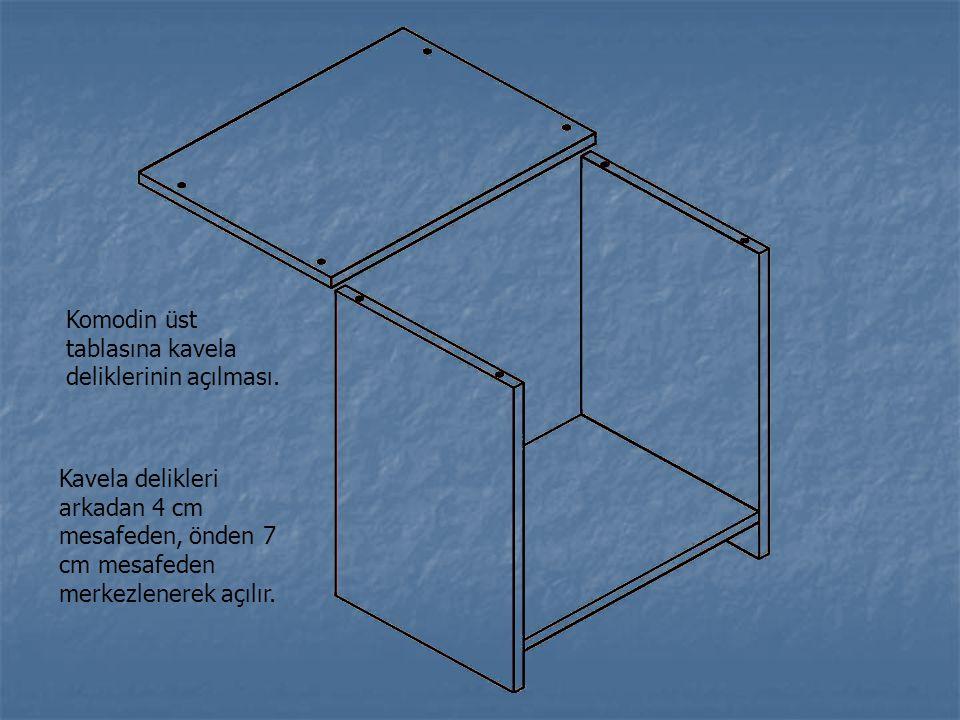 Komodin üst tablasına kavela deliklerinin açılması. Kavela delikleri arkadan 4 cm mesafeden, önden 7 cm mesafeden merkezlenerek açılır.