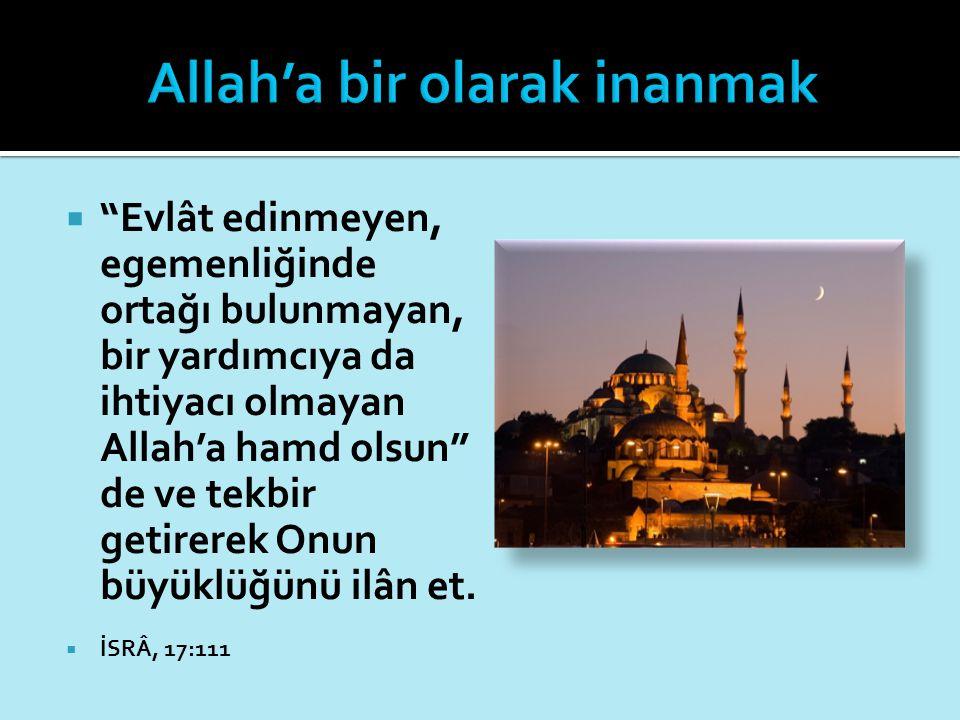 """ """"Evlât edinmeyen, egemenliğinde ortağı bulunmayan, bir yardımcıya da ihtiyacı olmayan Allah'a hamd olsun"""" de ve tekbir getirerek Onun büyüklüğünü il"""