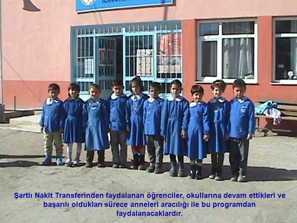 Şartlı Nakit Transferinden faydalanan öğrenciler, okullarına devam ettikleri ve başarılı oldukları sürece anneleri aracılığı ile bu programdan faydalanacaklardır.