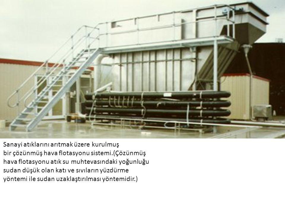 Sanayi atıklarını arıtmak üzere kurulmuş bir çözünmüş hava flotasyonu sistemi.(Çözünmüş hava flotasyonu atık su muhtevasındaki yoğunluğu sudan düşük o