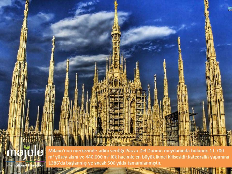 Milano'nun merkezinde adını verdiği Piazza Del Duomo meydanında bulunur. 11.700 m² yüzey alanı ve 440.000 m³ lük hacimle en büyük ikinci kilisesidir.K