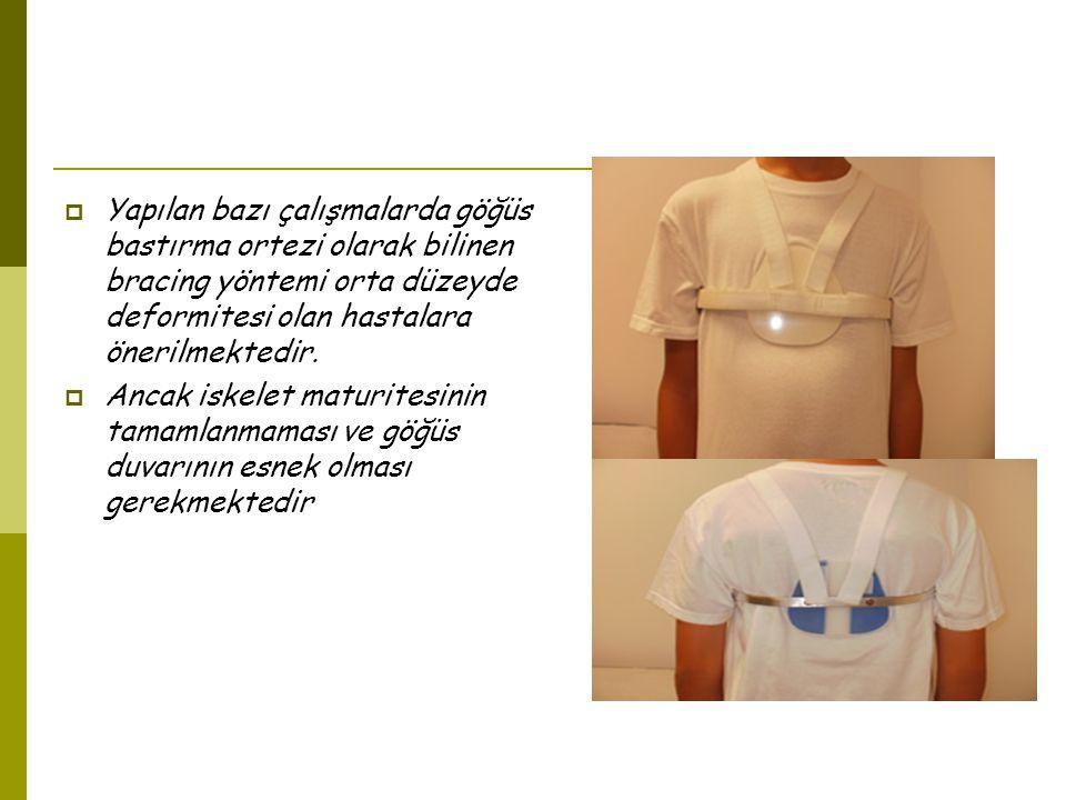  Yapılan bazı çalışmalarda göğüs bastırma ortezi olarak bilinen bracing yöntemi orta düzeyde deformitesi olan hastalara önerilmektedir.
