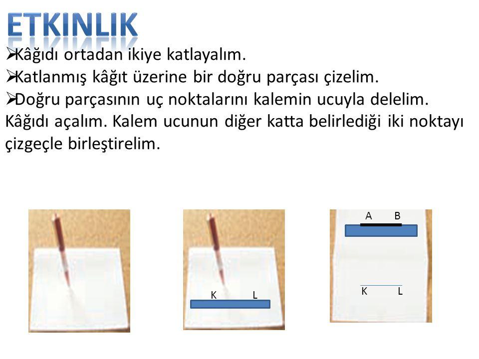  Kâğıdı ortadan ikiye katlayalım.  Katlanmış kâğıt üzerine bir doğru parçası çizelim.  Doğru parçasının uç noktalarını kalemin ucuyla delelim. Kâğı
