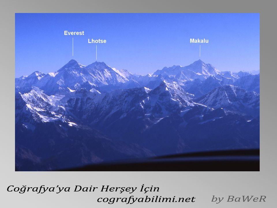 Dağlık alanlar Asya'nın batı kenarındaki Ural Dağları, kuzey güney yönünde yayılırken, diğer dağ zincirlerinin çoğu genelde batı-doğu doğrultusunda uzanır.