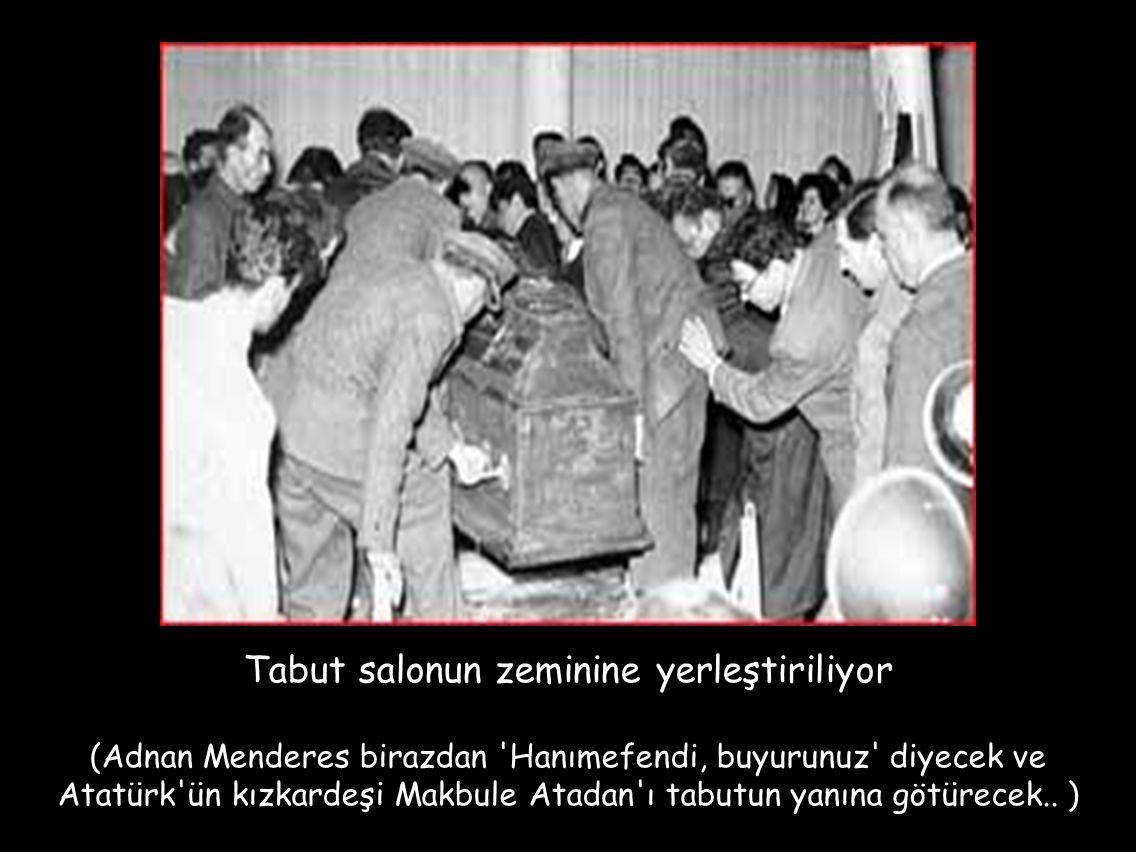 Tabut salonun zeminine yerleştiriliyor (Adnan Menderes birazdan 'Hanımefendi, buyurunuz' diyecek ve Atatürk'ün kızkardeşi Makbule Atadan'ı tabutun yan