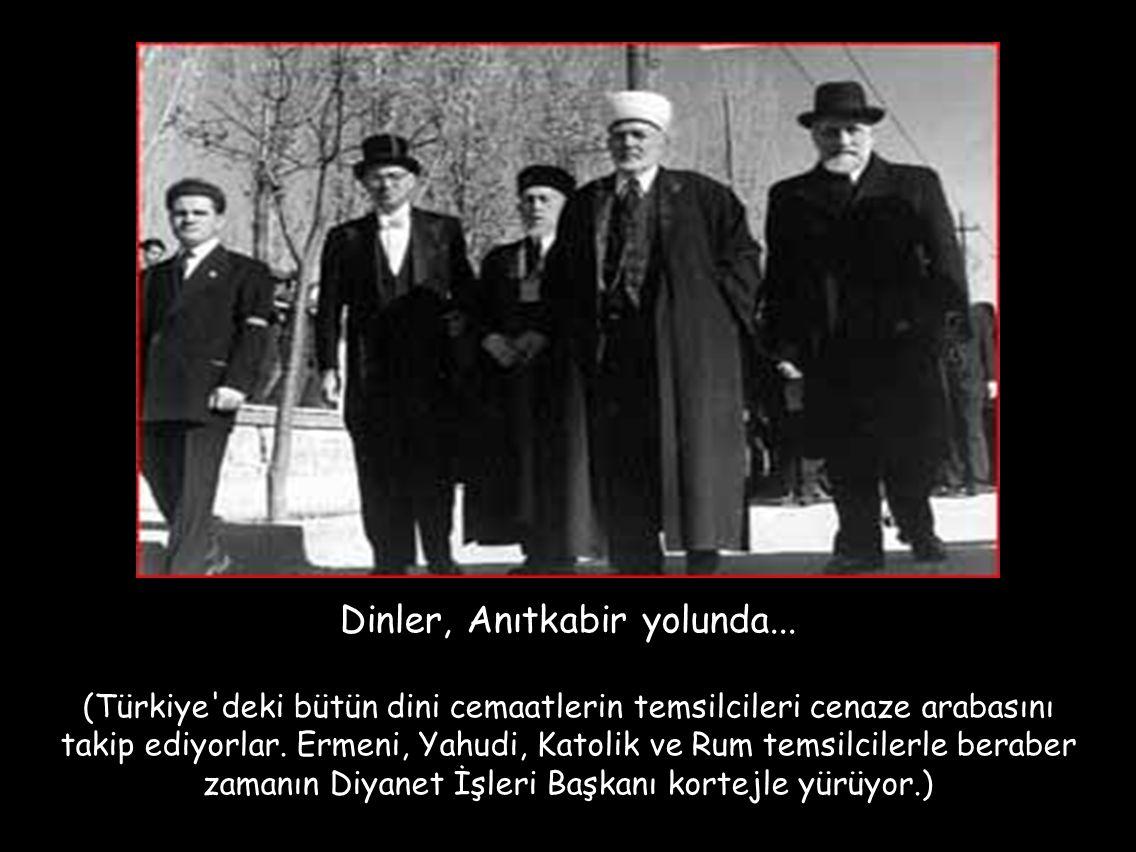 Dinler, Anıtkabir yolunda... (Türkiye'deki bütün dini cemaatlerin temsilcileri cenaze arabasını takip ediyorlar. Ermeni, Yahudi, Katolik ve Rum temsil