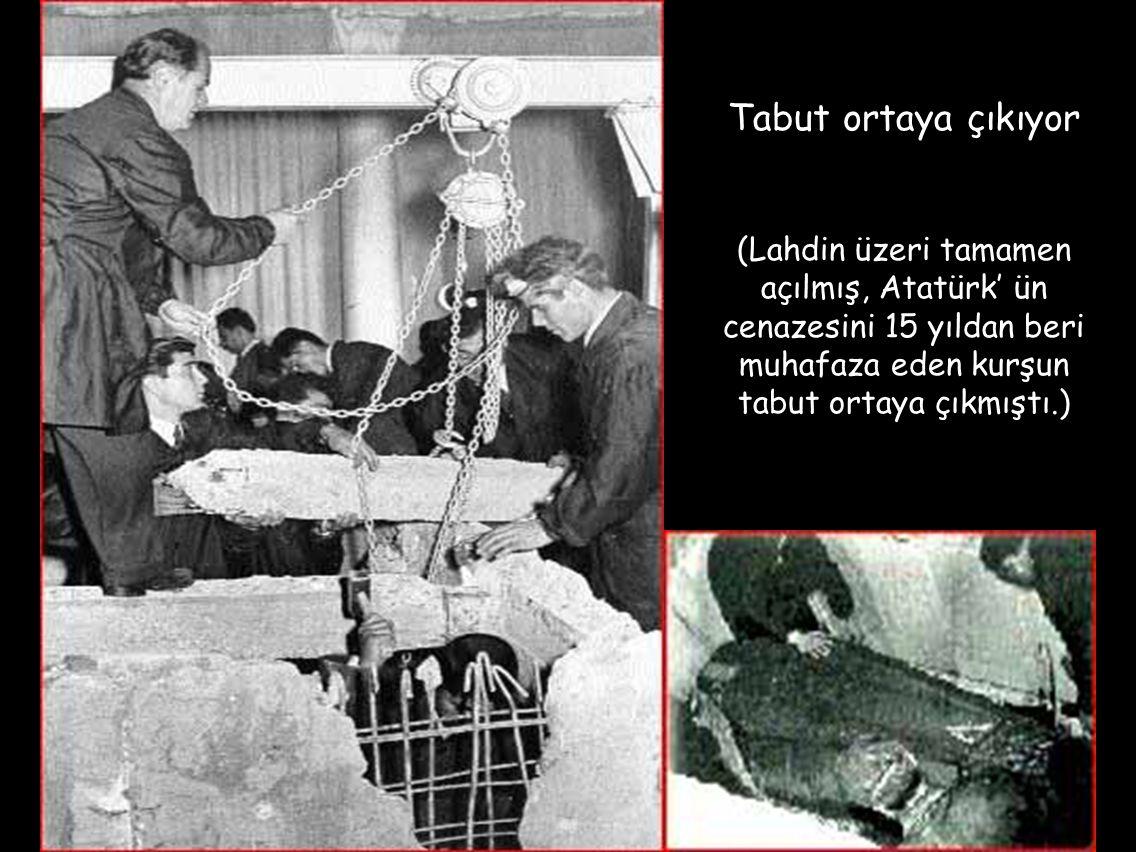 Tabut ortaya çıkıyor (Lahdin üzeri tamamen açılmış, Atatürk' ün cenazesini 15 yıldan beri muhafaza eden kurşun tabut ortaya çıkmıştı.)