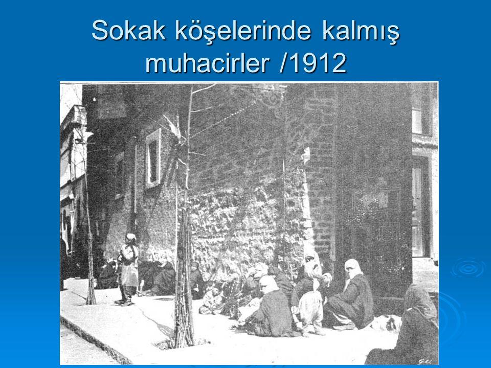 Sokak köşelerinde kalmış muhacirler /1912