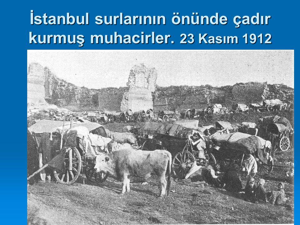 İstanbul surlarının önünde çadır kurmuş muhacirler. 23 Kasım 1912