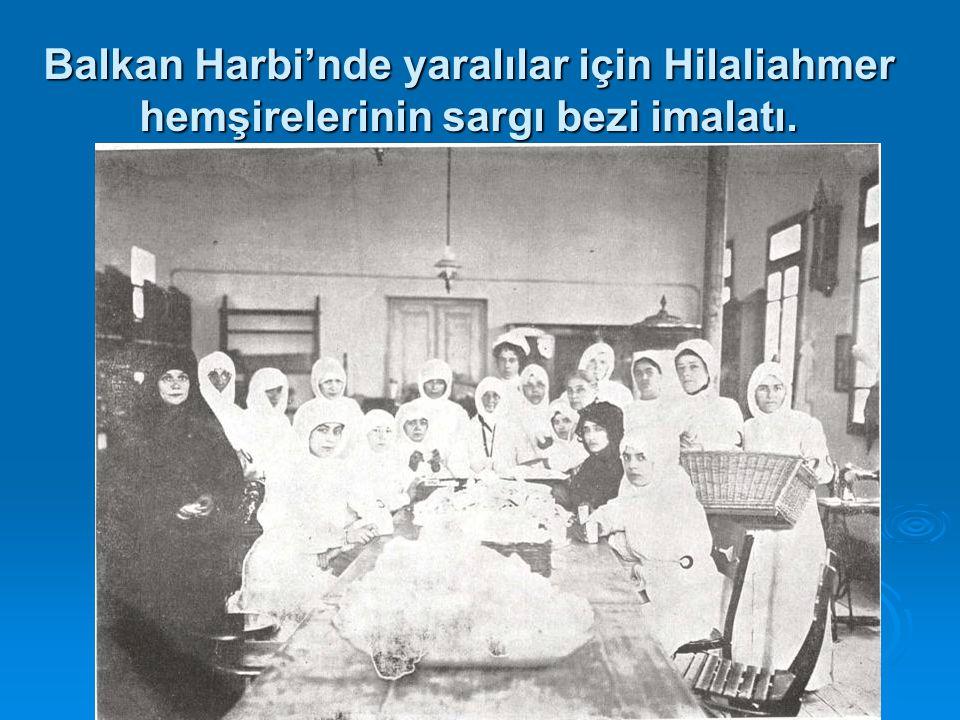 Balkan Harbi'nde yaralılar için Hilaliahmer hemşirelerinin sargı bezi imalatı.