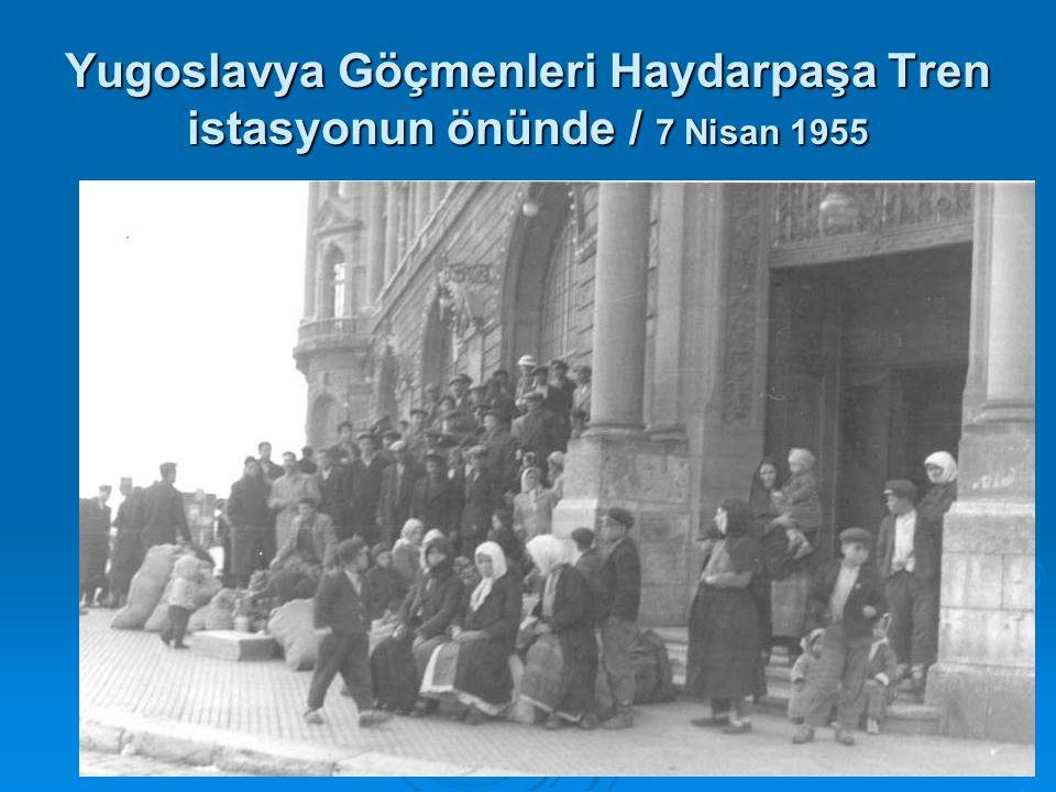 Yugoslavya Göçmenleri Haydarpaşa Tren istasyonun önünde / 7 Nisan 1955