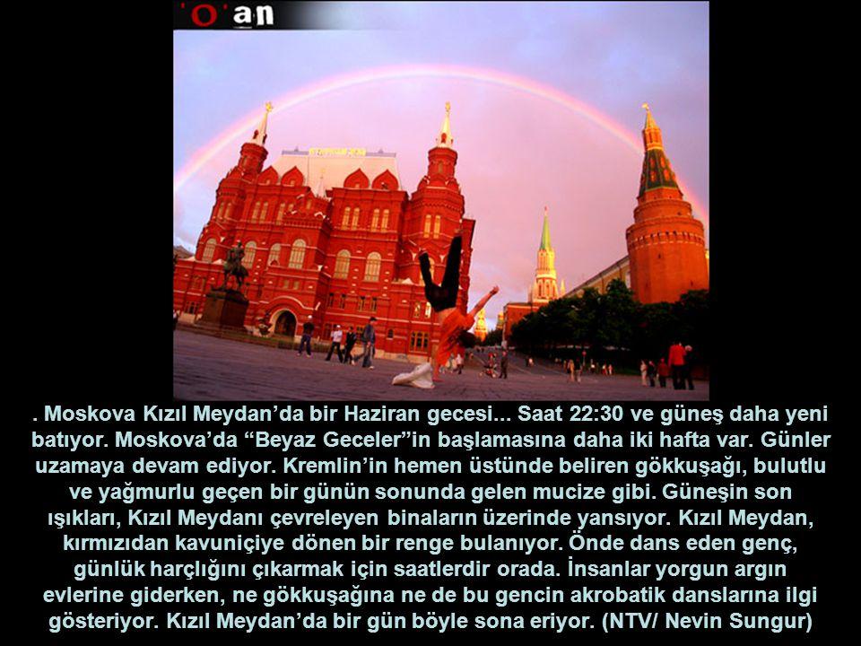 """. Moskova Kızıl Meydan'da bir Haziran gecesi... Saat 22:30 ve güneş daha yeni batıyor. Moskova'da """"Beyaz Geceler""""in başlamasına daha iki hafta var. Gü"""