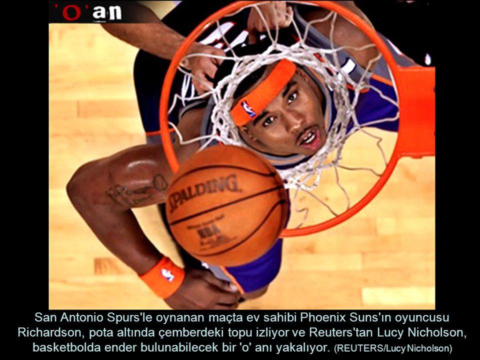San Antonio Spurs'le oynanan maçta ev sahibi Phoenix Suns'ın oyuncusu Richardson, pota altında çemberdeki topu izliyor ve Reuters'tan Lucy Nicholson,