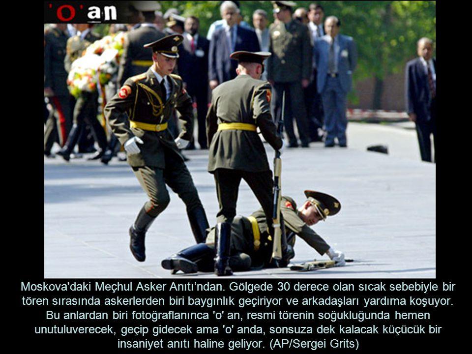 Moskova'daki Meçhul Asker Anıtı'ndan. Gölgede 30 derece olan sıcak sebebiyle bir tören sırasında askerlerden biri baygınlık geçiriyor ve arkadaşları y
