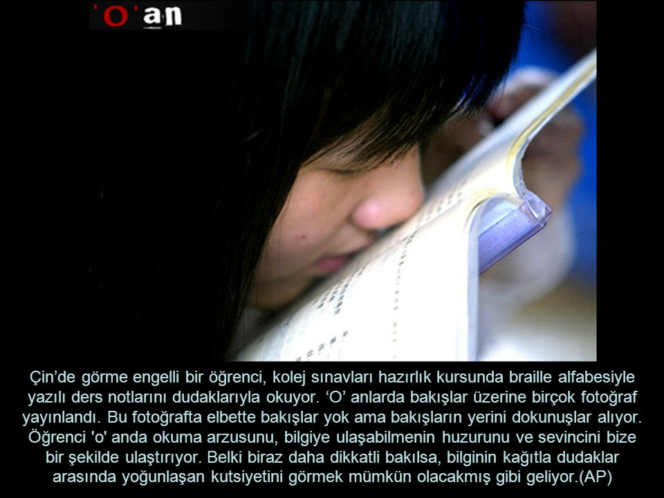Çin'de görme engelli bir öğrenci, kolej sınavları hazırlık kursunda braille alfabesiyle yazılı ders notlarını dudaklarıyla okuyor. 'O' anlarda bakışla
