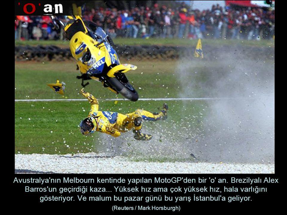 Avustralya'nın Melbourn kentinde yapılan MotoGP'den bir 'o' an. Brezilyalı Alex Barros'un geçirdiği kaza... Yüksek hız ama çok yüksek hız, hala varlığ