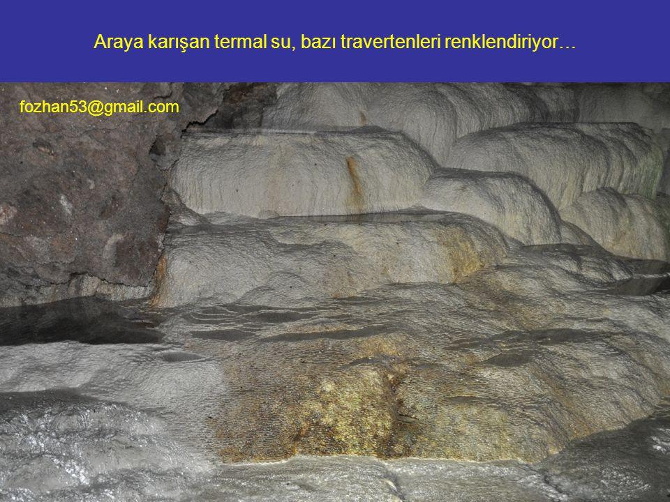 Araya karışan termal su, bazı travertenleri renklendiriyor… fozhan53@gmail.com