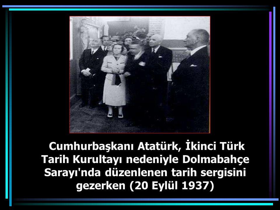 Cumhurbaşkanı Gazi Mustafa Kemal, Ankara'da Birinci Türk Tarih Kongresi sırasında kongre delegeleri ile (8 Temmuz 1932)
