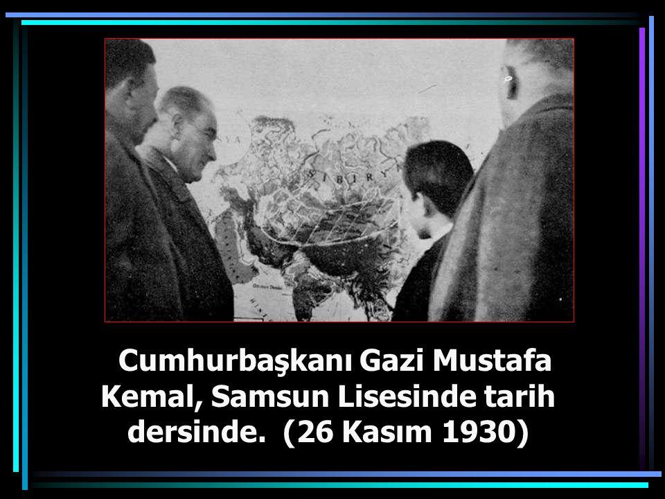 Cumhurbaşkanı Atatürk, İkinci Türk Tarih Kurultayı nedeniyle Dolmabahçe Sarayı'nda düzenlenen tarih sergisini gezerken (20 Eylül 1937)