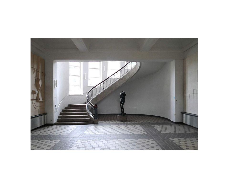 Haus am Horm, George Muche •Malzeme: çelik ve beton •Planın çıkış noktası kare •Merkezde ana yaşam birimi bulunuyor.