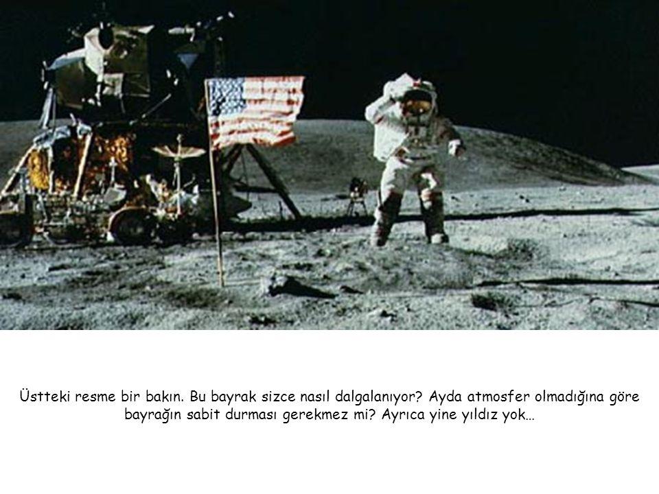Üstteki resme bir bakın. Bu bayrak sizce nasıl dalgalanıyor? Ayda atmosfer olmadığına göre bayrağın sabit durması gerekmez mi? Ayrıca yine yıldız yok…