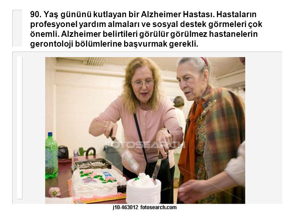 90. Yaş gününü kutlayan bir Alzheimer Hastası. Hastaların profesyonel yardım almaları ve sosyal destek görmeleri çok önemli. Alzheimer belirtileri gör