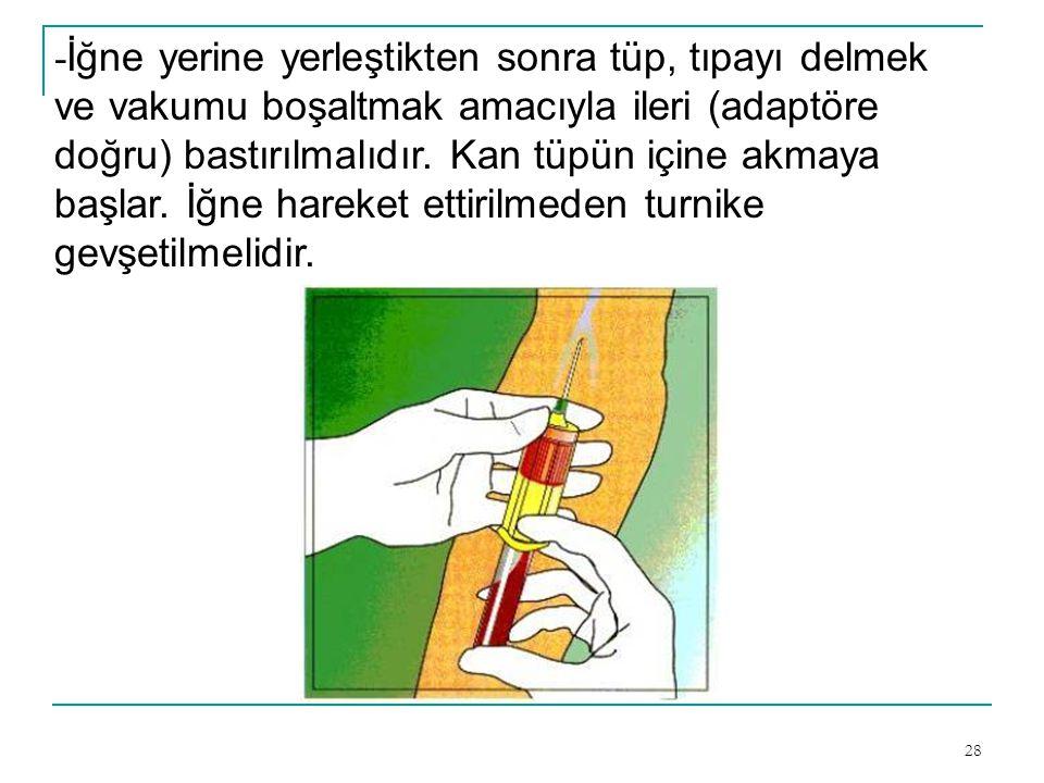 28 - İğne yerine yerleştikten sonra tüp, tıpayı delmek ve vakumu boşaltmak amacıyla ileri (adaptöre doğru) bastırılmalıdır. Kan tüpün içine akmaya baş
