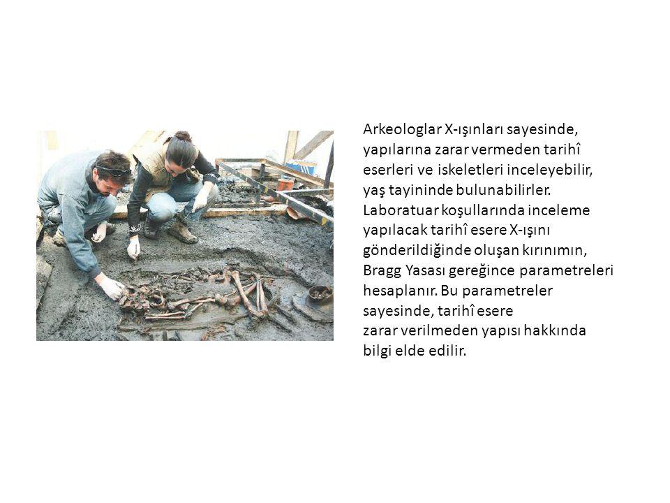 Arkeologlar X-ışınları sayesinde, yapılarına zarar vermeden tarihî eserleri ve iskeletleri inceleyebilir, yaş tayininde bulunabilirler. Laboratuar koş