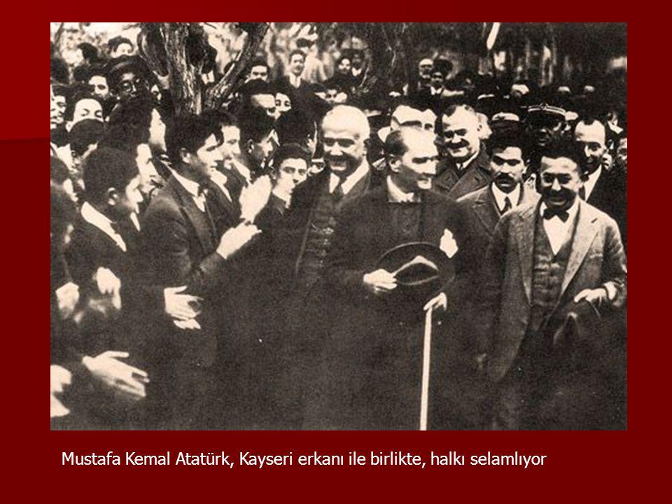 Mustafa Kemal Atatürk, Kayseri erkanı ile birlikte, halkı selamlıyor