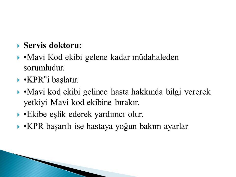 """ Servis doktoru:  •Mavi Kod ekibi gelene kadar müdahaleden sorumludur.  •KPR """" i başlatır.  •Mavi kod ekibi gelince hasta hakkında bilgi vererek y"""
