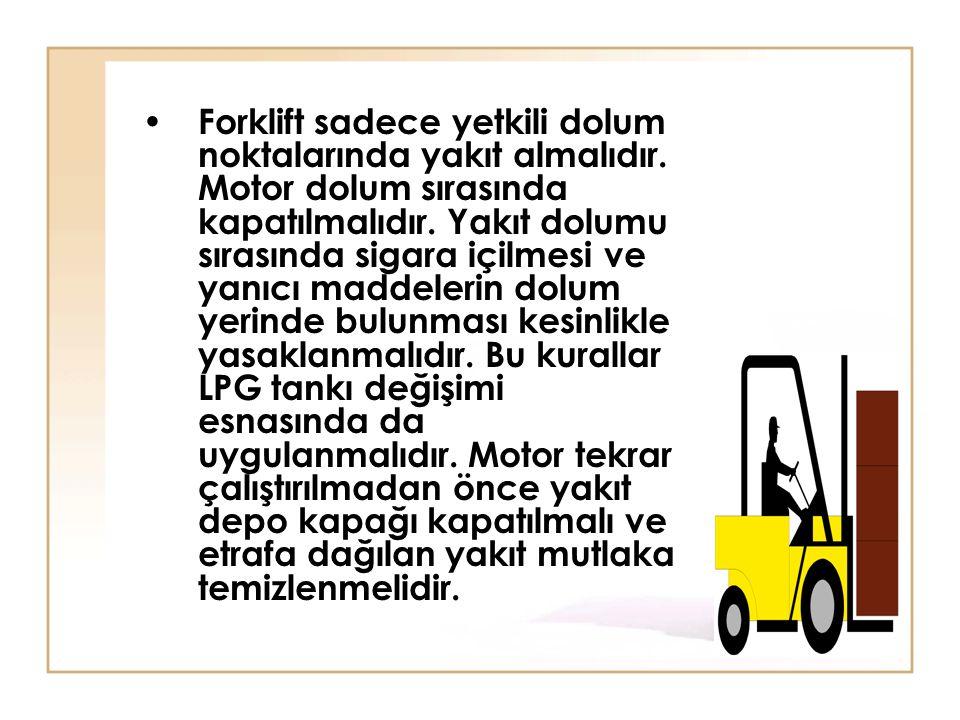 • Forklift sadece yetkili dolum noktalarında yakıt almalıdır. Motor dolum sırasında kapatılmalıdır. Yakıt dolumu sırasında sigara içilmesi ve yanıcı m