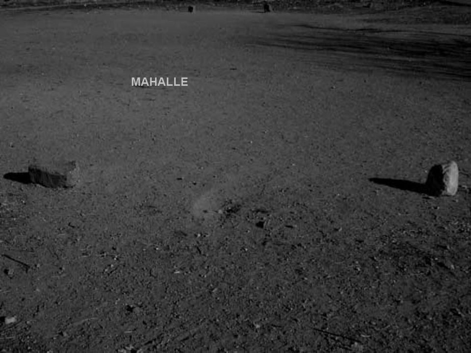 """Hava kararıyordu. Issız bir yolda, Karayel'e karşı yürümeye başlamıştım; yitik """"Mahalle""""yi, """"Mahallemiz""""i arıyordum. Kilometreler değil, yıllardı geçe"""