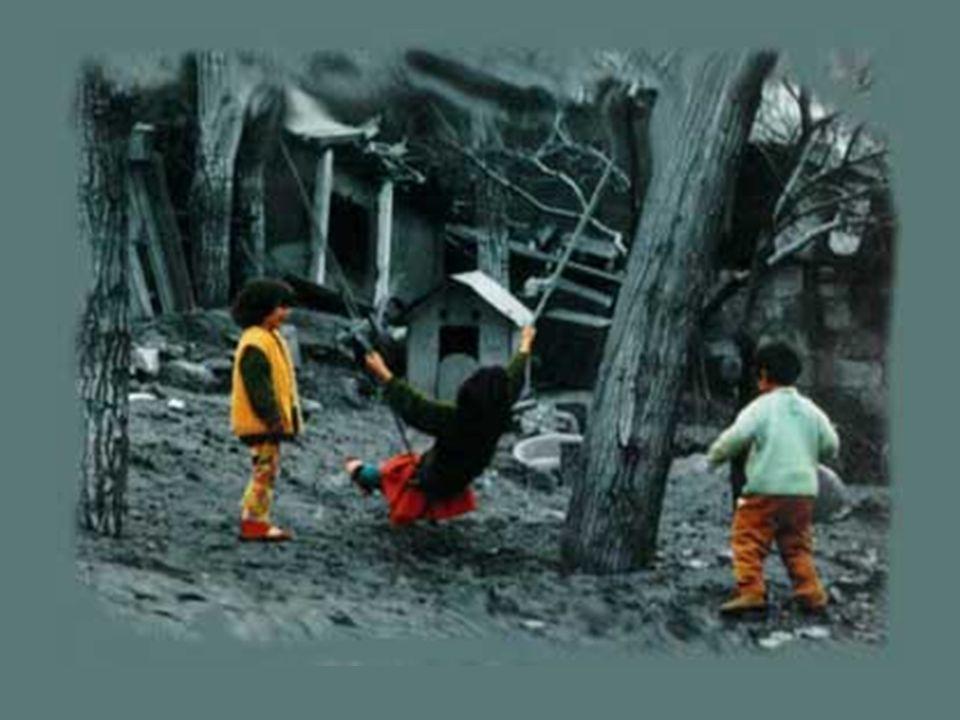 Ve şehrin dışında ağaçlar, tırmanacak, salıncak kuracak, kalp kazıyacak mahalle çocuklarını bekliyor.