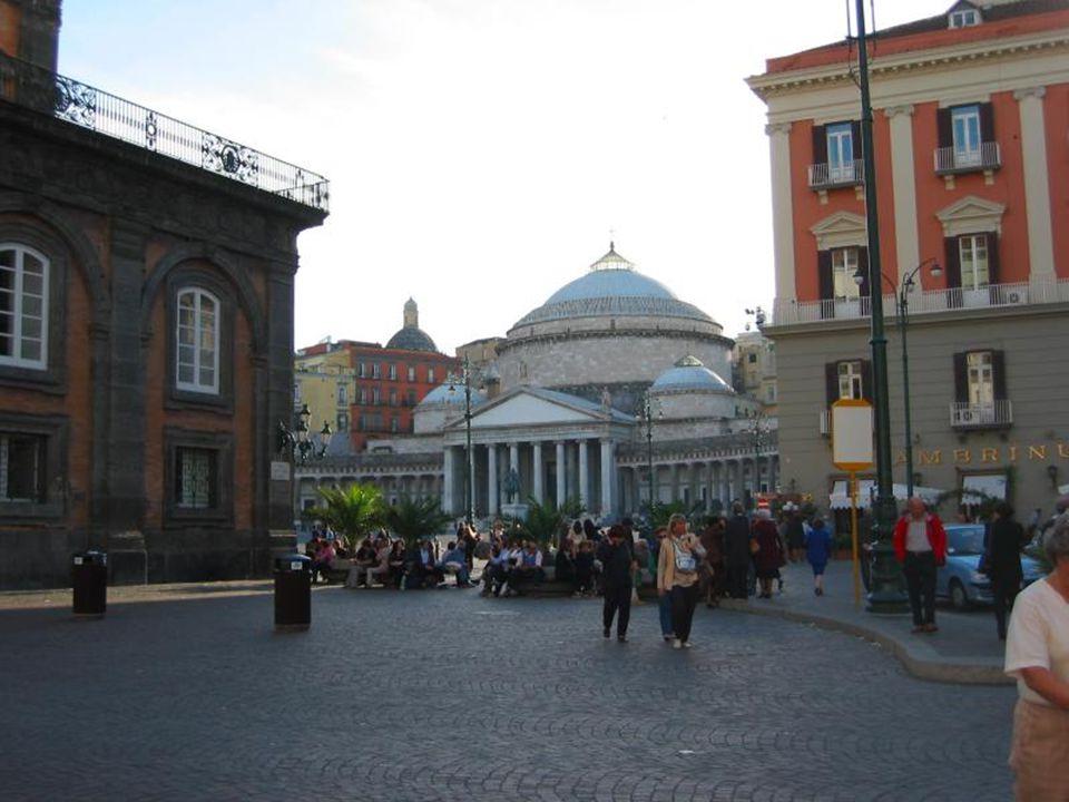 Napoliten halk dansları, şarkıları ve değişik İtalyan aksanı ile ünlü bir Akdeniz şehri NAPOLİ.