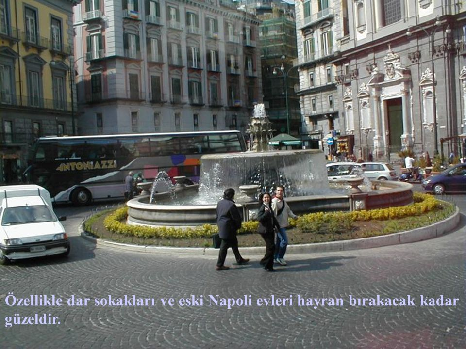 Özellikle dar sokakları ve eski Napoli evleri hayran bırakacak kadar güzeldir.