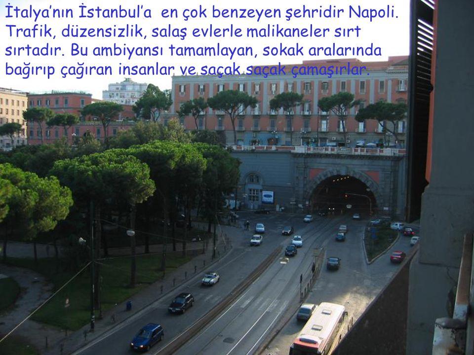 İtalya'nın İstanbul'a en çok benzeyen şehridir Napoli. Trafik, düzensizlik, salaş evlerle malikaneler sırt sırtadır. Bu ambiyansı tamamlayan, sokak ar