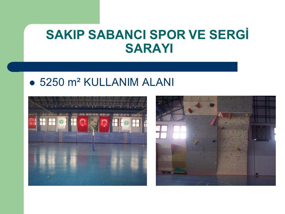1.Bu salon içerisinde ayrı ayrı bölünmüş halde Basketbol, Voleybol ve Hentbol veya isteğe bağlı olarak Futsal oynamaya müsait sahalar bulunmaktadır.