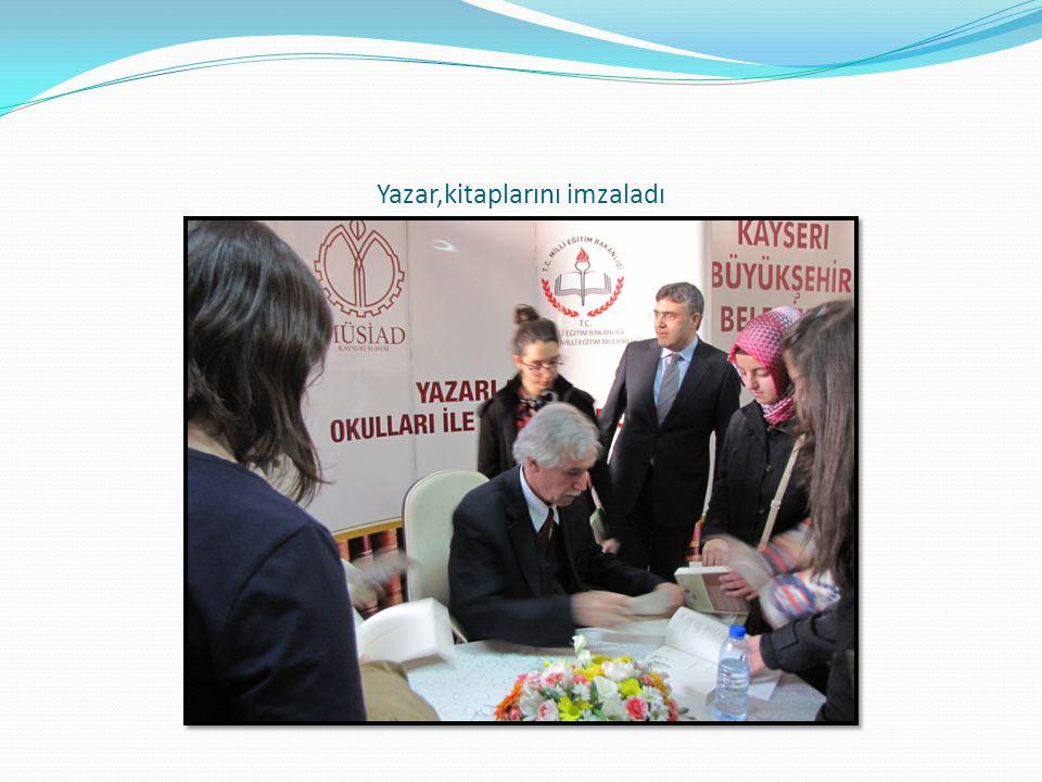 Yazar,kitaplarını imzaladı