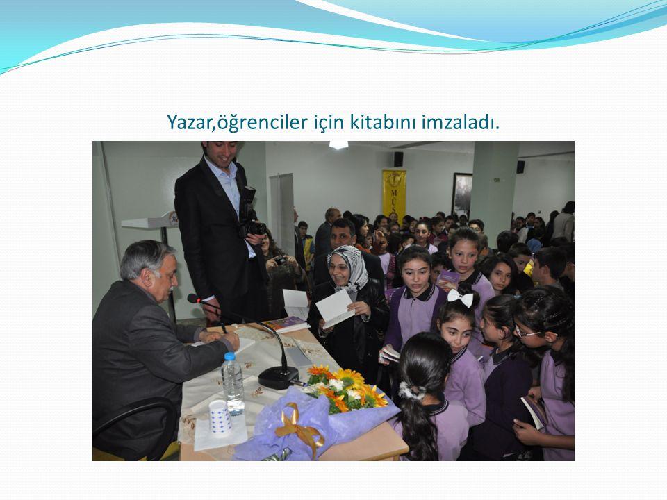 Yazar,öğrenciler için kitabını imzaladı.