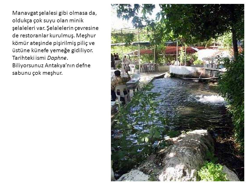 Manavgat şelalesi gibi olmasa da, oldukça çok suyu olan minik şelaleleri var. Şelalelerin çevresine de restoranlar kurulmuş. Meşhur kömür ateşinde piş