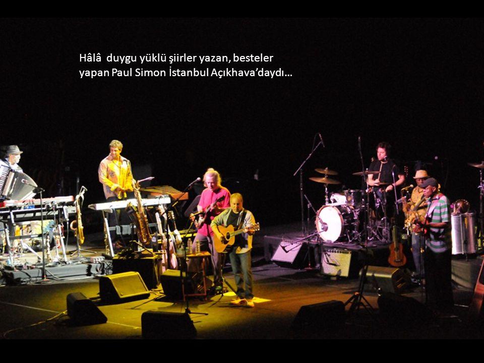 Hâlâ duygu yüklü şiirler yazan, besteler yapan Paul Simon İstanbul Açıkhava'daydı…