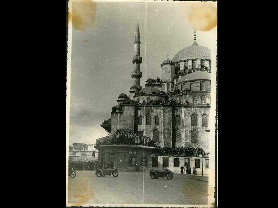 19 Kasım 1938 Cumartesi günü sabahı, Dolmabahçe Sarayı Tören Salonunda cenaze namazı kılındı. Cenaze alayı İstanbul halkının gözyaşları arasından geçe